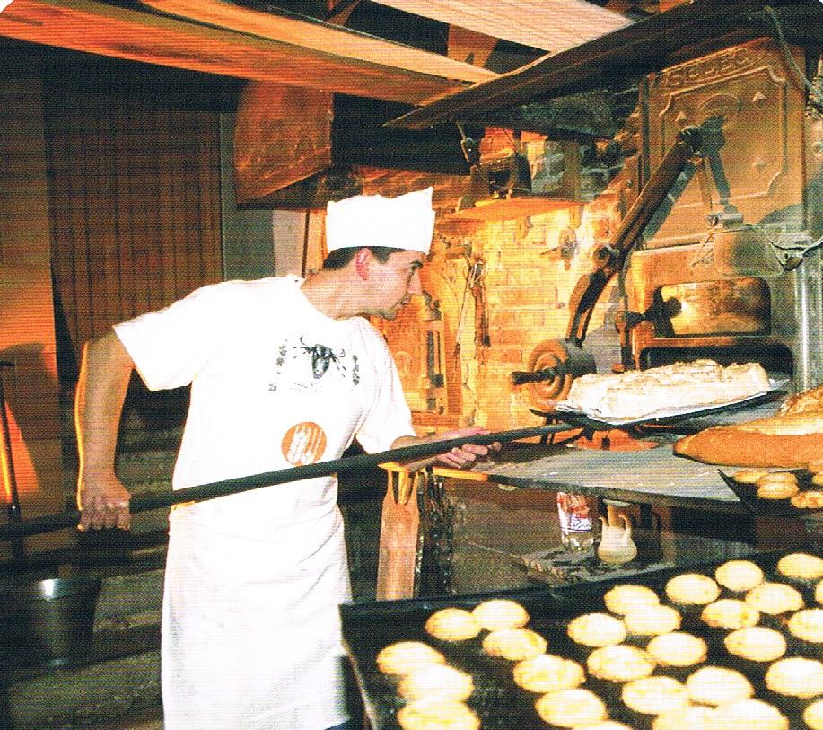 panadero en horno de leña